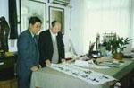 中国美院博士生导师王伯敏教授(右)在欣赏指导祝人良书法。